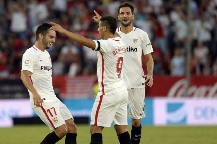 Wissam Ben Yedder dan Franco Vazquez merayakan gol Pablo Sarabia pada laga Sevilla vs Celta Vigo di Stadion Ramon Sanchez Pizjuan dalam lanjutan La Liga Spanyol, 7 Oktober 2018.