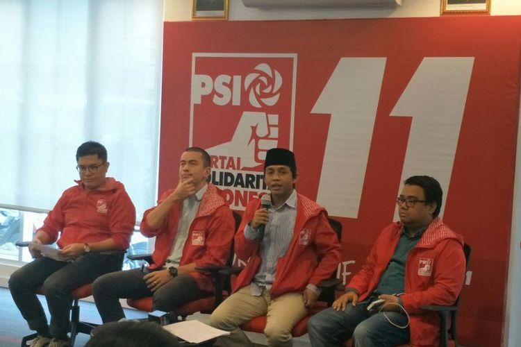 Sekjen PSI Raja Juli Antoni (kedua dari kanan) dalam konferensi pers di Kantor DPP PSI, Jakarta, Kamis (17/5/2018).
