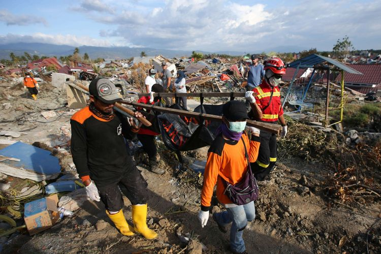Tim SAR menemukan korban hilang akibat gempa bumi di Petobo, Palu, Sulawesi Tengah, Jumat (5/10/2018). Petobo menjadi salah satu wilayah yang paling parah terdampak gempa karena dilalui sesar Palu Koro.