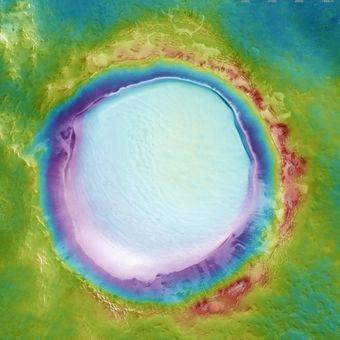 Peta topografi berwarna dari kawah Korolev untuk membandingkan ketinggian kawah dengan dataran di sekitarnya.