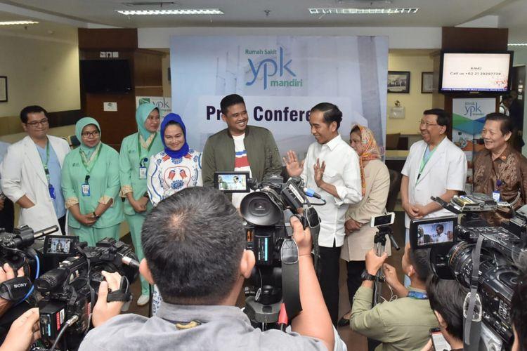 Presiden Joko Widodo usai mendampingi usai mendampingi putrinya Kahiyang Ayu melahirkan di RS YPK, Jakarta, Rabu (1/8/2018).
