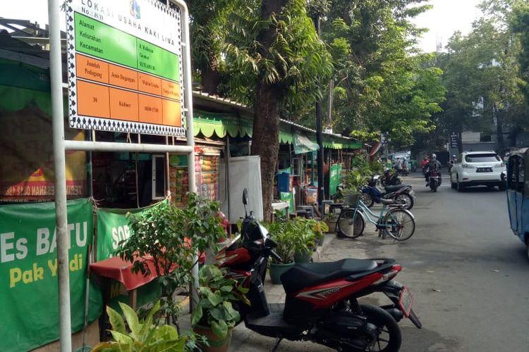 Tenda PKL menempati trotoar Jalan Kuningan Madya, di samping Menara Imperium, Jakarta Selatan. Keberadaan PKL di trotoar itu difasilitasi oleh Pemerintah Kota Jakarta Selatan.