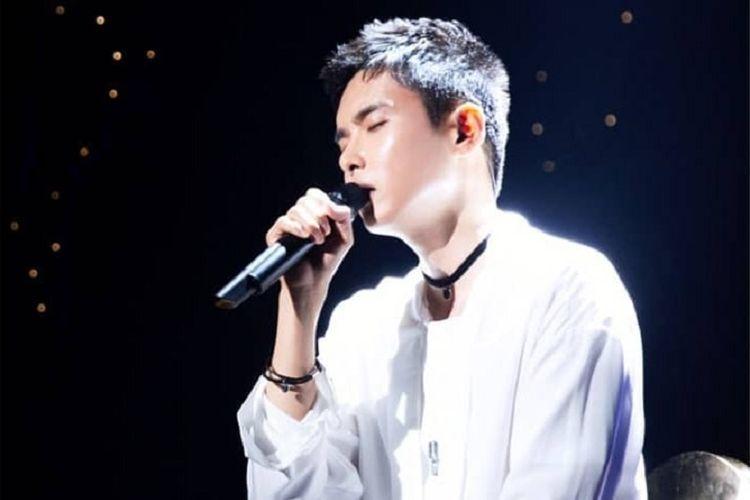 Ryeowook Super Junior menampilkan suara emasnya di acara jumpa penggemar yang digelar di SMTOWN Coex Atrium di Seoul, Kamis (12/7/2018).