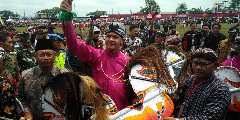 Gubernur Jateng Ganjar Pranowo asyik menari jatilan atau kuda lumping saat acara Sedekah Turonggo Bhumi Pala di Kabupaten Temanggung, Sabtu (25/11/2017).