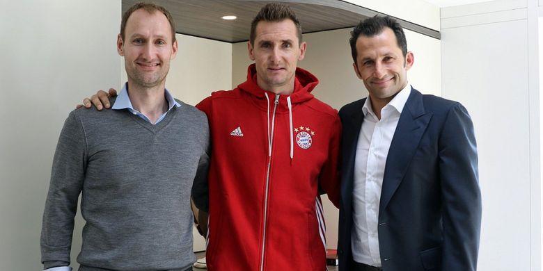 Pelatih U-17 Bayern Muenchen, Miroslav Klose, berfoto dengan Direktur Olahraga Bayern, Hasan Salihamidzic dan Direktur Kampus FC Bayern, Jochen Sauer.