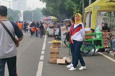 Para PKL Berjualan di Badan Jalan Sudirman-Thamrin saat CFD Digelar
