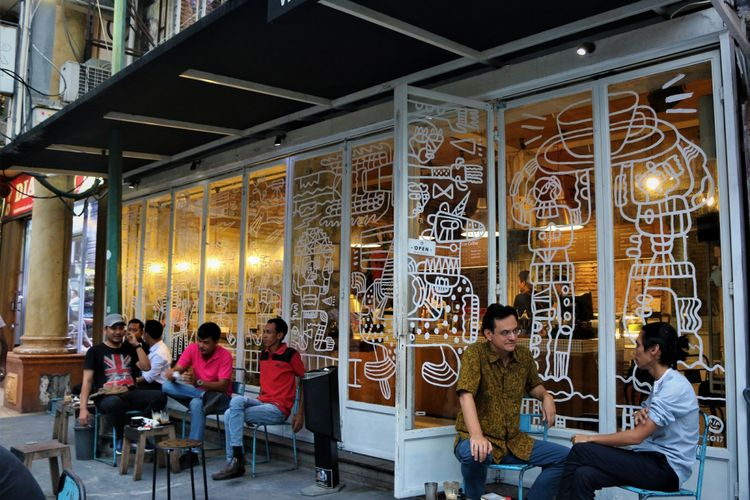 Karim Raslan (kiri) dan Angga Sasongko sedang bersantai menikmati kopi di kedai Filosofi Kopi, Melawai Jakarta, Juli 2017.