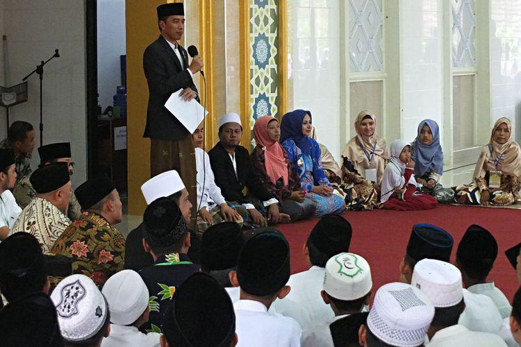 Presiden Joko Widodo memberikan sambutan di Pondok Pesantren Nurul Islam, Kelurahan Antirogo, Sumbersari, Jember, Jawa Timur, Sabtu (12/8/2017). Dalam pidatonya di hadapan kiai dan santri, Presiden Jokowi mengingatkan perlunya menjaga kerukunan antar warga bangsa di Indonesia di tengah keberagaman. ANTARA FOTO/HO/Agung/sen/Spt/17.
