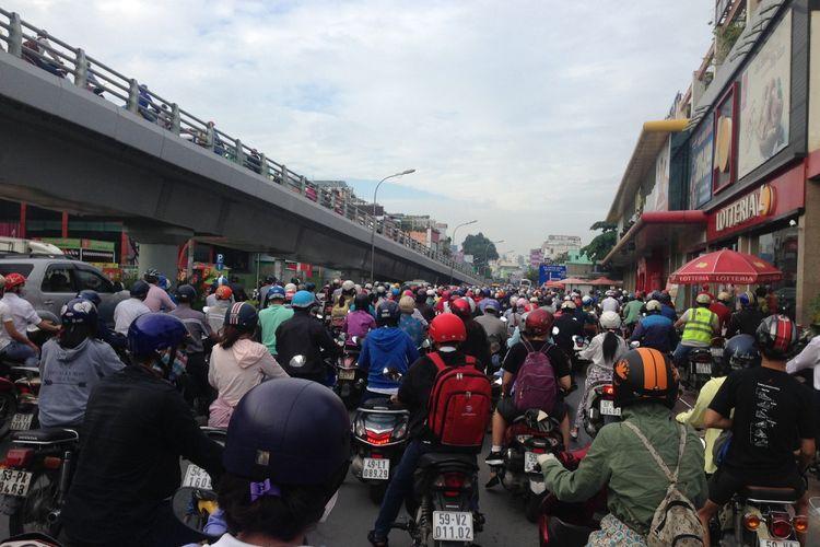Penduduk Kota Ho Chi Minh hampir 8.5 juta dimana sebagian besar orang mengendarai motor.