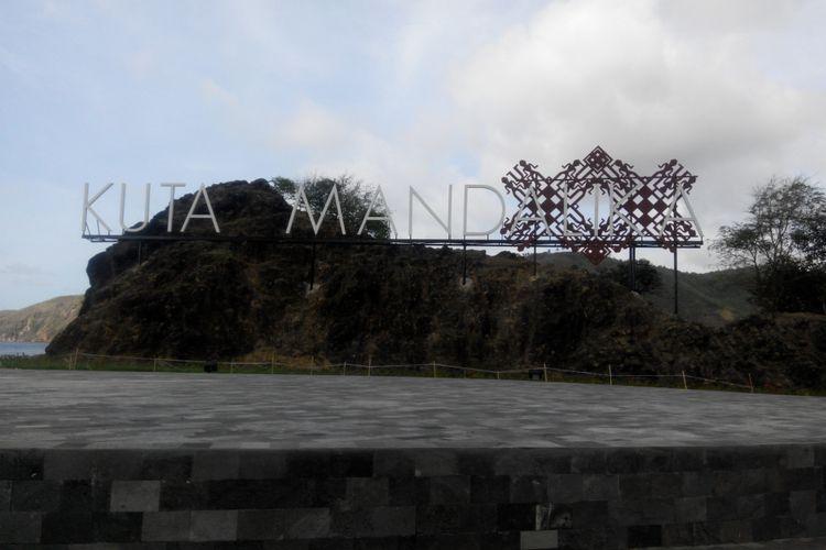 Monumen di kawasan Pantai Kuta Mandalika, Lombok, Nusa Tenggara Barat, Jumat (20/10/2017).