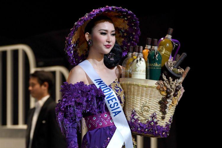 Miss Indonesia Kevin Lilliana menampilkan kostum nasional dalam final Miss International Beauty Pageant di Tokyo, Jepang, Selas (14/11/2017).