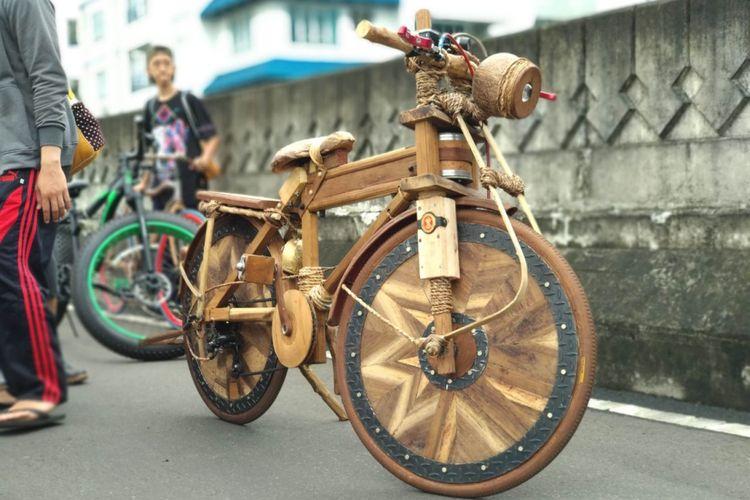 Sepeda kayu ikut ramaikan CFD Antasari di Jakarta Selatan, Minggu (14/1/2018)