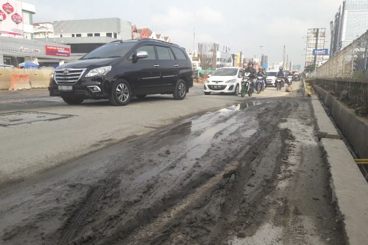 Jalan Boulevard Barat Raya, Kelapa Gading, Jakarta Utara, dipenuhi lubang akibat pembangunan Jalan Tol Pulogebang-Sunter, Senin (12/2/2018)