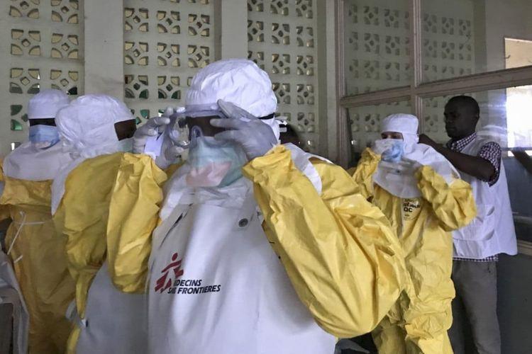 Tim Dokter Lintas Batas mengenakan pakaian pelindung mereka sebelum menangani pasien ebola.