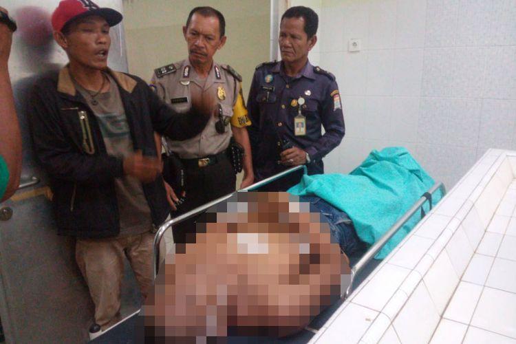 Lekat (35) yang merupakan kernek korban Febri (42)  saat ditemui diruang jenazah RS Bhari Palembang.