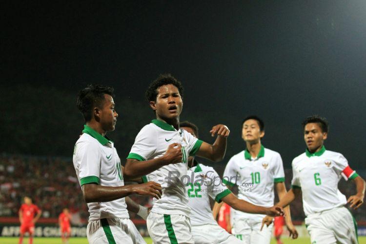 Para pemain timnas U-16 Indonesia merayakan gol yang dicetak oleh Bagus Kahfi ke gawang Myanmar pada Piala AFF U-16 di Stadion Delta Sidoarjo, Selasa (31/7/2018).