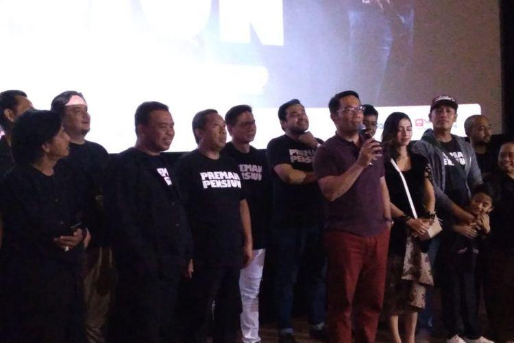 Gubernur Jawa Barat Ridwan Kamil beserta para pemain dan kru filmPreman Pensiun dalam acara gala premier film tersebut di Bandung, Sabtu (12/1/2019).