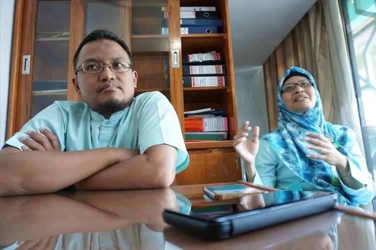 Kabag Keuangan RSI Siti Aisyiah Kota Madiun, Fitri Saptaningrum didampingi Humas dan Pemasaran , Syarif Hafiat memberikan penjelasan terkait sepeda motor yang menjadi jaminan di rumah sakit untuk pemulangan jenazah warga Magetan, Selasa (6/8/2019).(MUHLIS AL ALAWI)