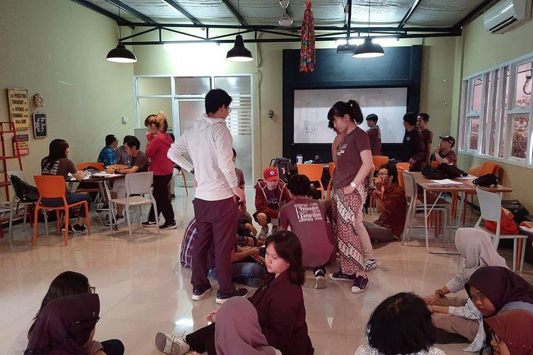 Mahasiswa dari Meiji University sedang mengikuti kuliah di Universitas Budi Luhur, Jakarta.