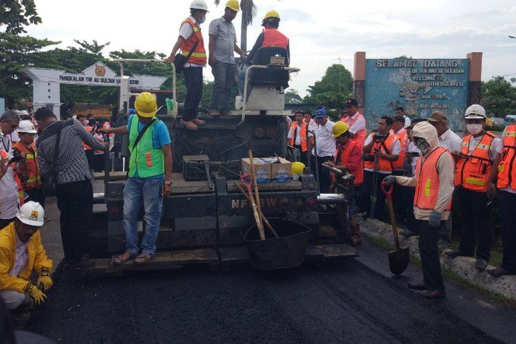 Penerapan aspal yang dicampur plastik di Jalan Dakota, Mandai, Kabupaten Maros, Sulawesi Selatan, Selasa (24/10/2017).