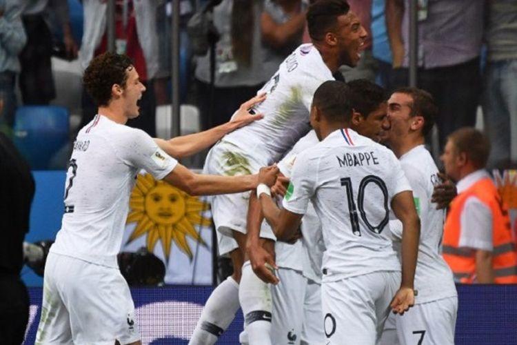 Para pemani Perancis merayakan gol ke gawang Uruguay pada pertandingan babak 8 besar atau perempat final Piala Dunia 2018 di Nizhny Novgorod, 6 Juli 2018.