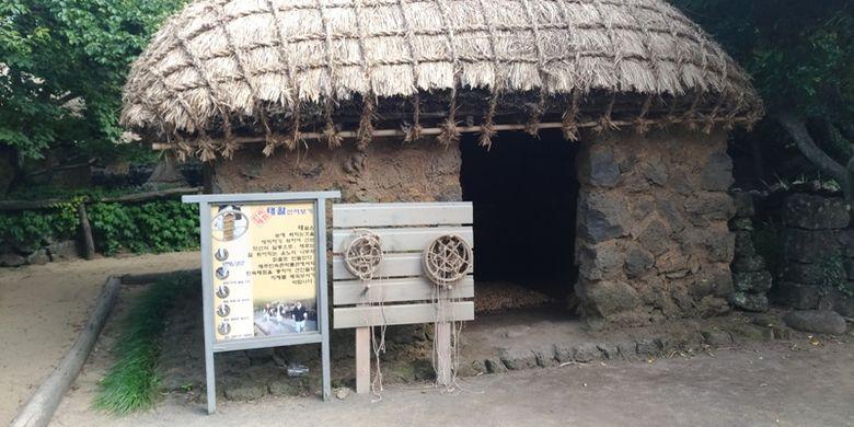 Bangunan yang digunakan sebagai bengkel pembuat jaring nelayan yang ada di Jeju Folk Village. Foto diambil 30 Mei 2017.