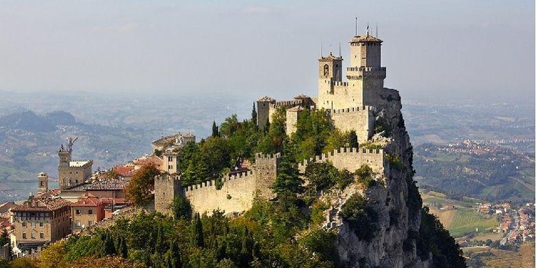 Benteng Guaita di puncang Gunung Titano, San Marino. Negeri kecil di Italia ini merupakan republik tertua di dunia.