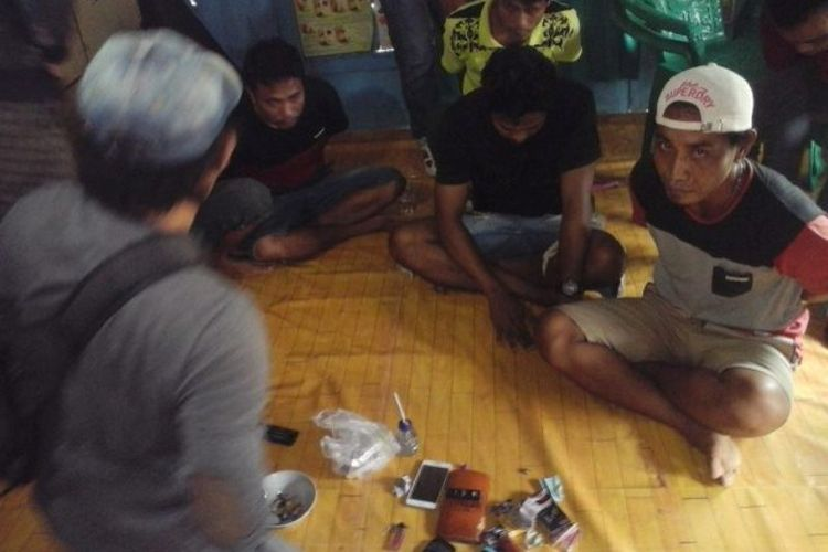 Para terduga penyalahgunaan narkoba bersama barang bukti saat diamankan polisi, Sabtu (13/01/2018)