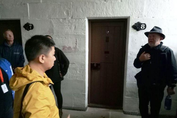 Stan, pemandu senior di situs bersejarah Port Arthur, menjelaskan soal kondisi sel dan para narapidana yang menghuni Separate Prison.