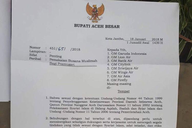 Surat edaran Bupati Aceh Besar kepada seluruh maskapai penerbangan yang masuk ke wilayah Bandara Internasional Sultan Iskandar Muda, Blang Bintang, Aceh Besar. Bupati mewajibkan pramugari mengenakan pakaian muslimah atau mengenakan hijab.