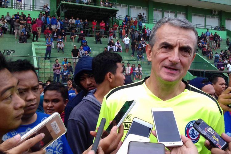 Pelatih Arema FC Milomir Seslija saat memimpin latihan di Stadion Gajayana, Kota Malang pada Kamis (10/1/2019)