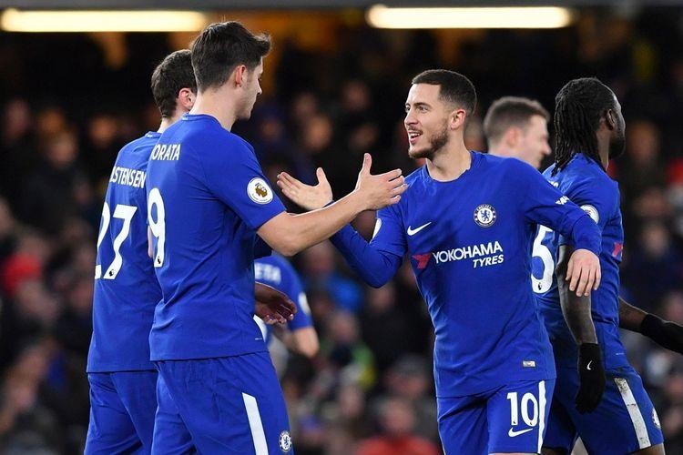 Selebrasi penyerang Chelsea, Eden Hazard (kedua dari kanan), bersama striker Alvaro Morata (kedua dari kiri) setelah sukses mencetak gol kedua ke gawang West Bromwich Albion dalam pertandingan Liga Inggris 2017-2018 di Stadion Stamford Bridge, London, Inggris, Senin (12/2/2018).