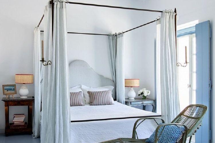 Tempat tidur berbentuk persegi panjang dengan tambahan tirai.