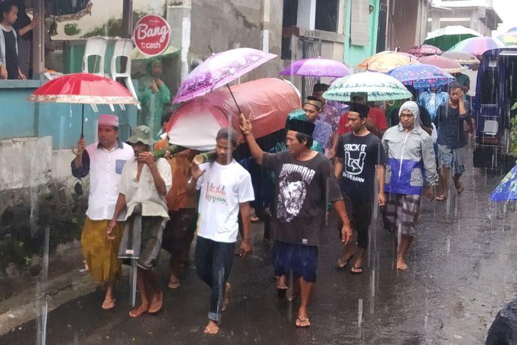 Suasana pengantaran jenazah anggota KPPS Niskariadi yang meninggal karena kelelahan usai pleno. Kamis (2/5/2019)