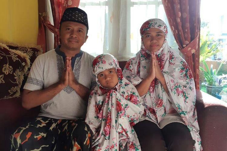 Brigadir Dharma Budi Kusuma bersama istri dan anaknya.