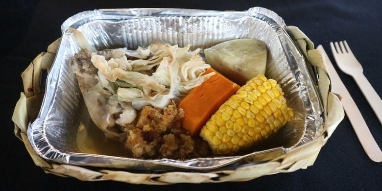 Hangi, aneka bahan makanan dimasak dengan cara tradisional khas Maori.