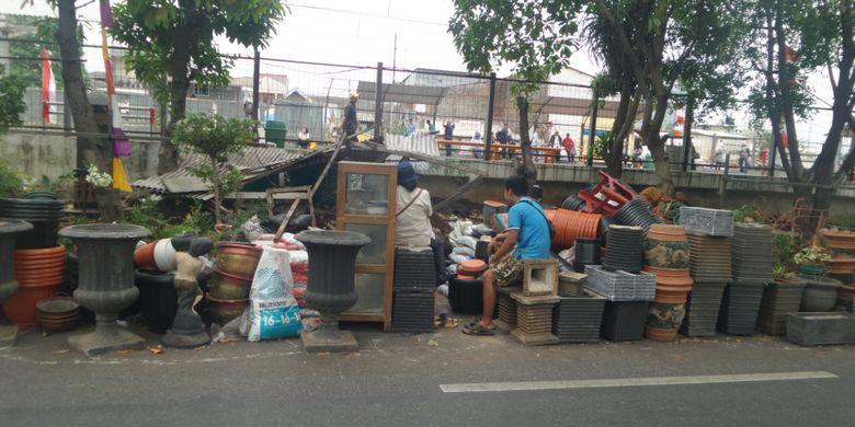 PT KAI menertibkan pedagang bunga yang berjualan di sekitar kawasan Stasiun Klender Baru, Jakarta Timur. Penertiban dilakukan karena lahan tersebut akan digunakan untuk pembangunan double double track dan perluasan Stasiun Klender Baru, Selasa (29/8/2017)