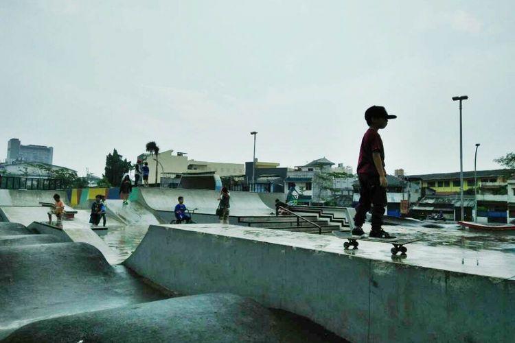 Taman Kalijodo mempunyai skatepark yang bisa dinikmati pengunjung untuk bermain skateboard, sepatu roda, sepeda, dan lain sebagainya.