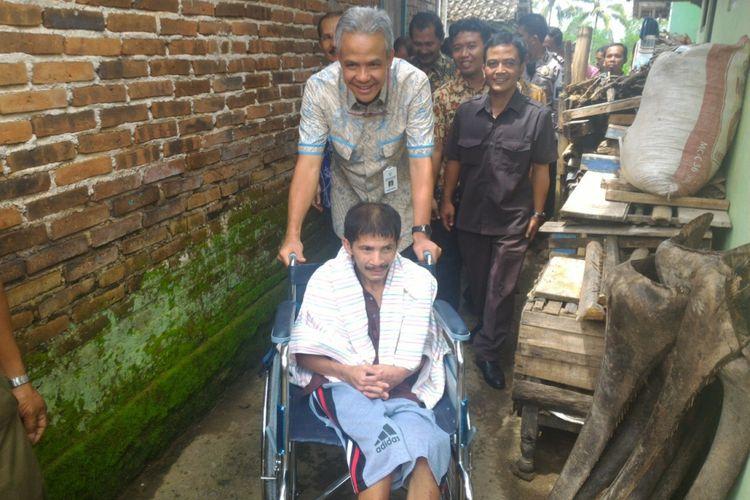 Gubernur Jawa Tengah Ganjar Pranowo menjenguk salah satu pasien lumpuh asal Wonosobo, Jawa Tengah
