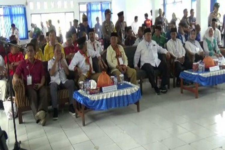 Meski dilaporkan karena dugaan ijazah palsu, dua pasangan calon Bupati Polewali Mandar tetap diputuskan menjadi peserta Pilkada Polewali Mandar oleh KPU Polewali, Senin (12/2/2018).