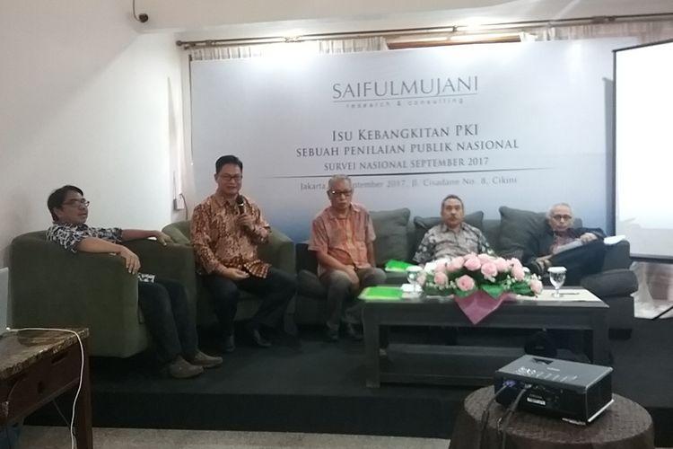 Saiful Mujani Research & Consulting (SMRC) merilis survei nasional yang menunjukkan opini masyarakat terhadap isu kebangkitan Partai Komunis Indonesia (PKI), Jakarta, Jumat (29/9/2017). Hasilnya, mayoritas penduduk (86,8 persen) tidak setuju dengan pendapat yang mengatakan bahwa saat ini sedang terjadi kebangkitan PKI.