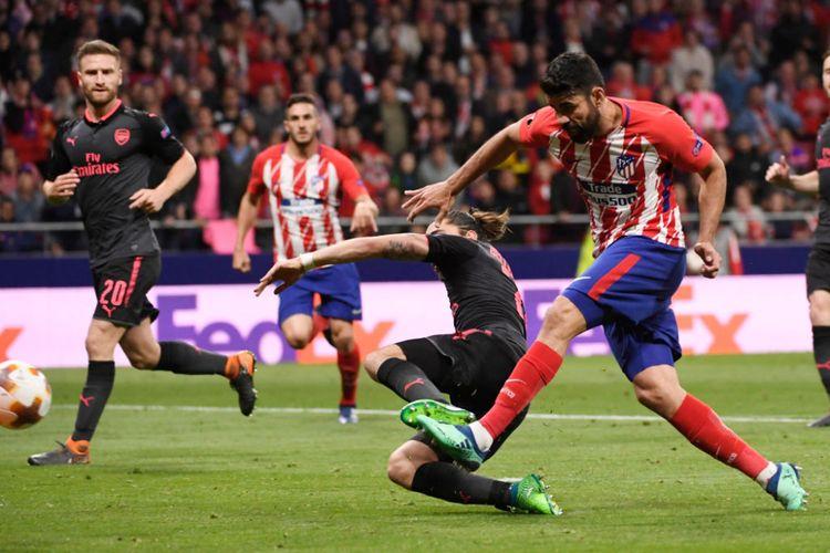 Penyerang Atletico Madrid, Diego Costa, melepas tendangan kaki kiri ke gawang Arsenal pada pertandingan semifinal Liga Europa di Stadion Wanda Metropolitano, 3 Mei 2018.