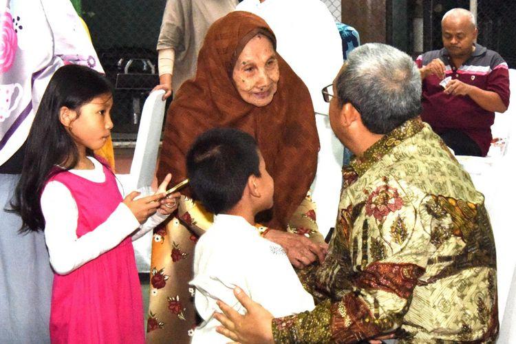 Gubernur Jawa Barat Ahmad Heryawan bersilaturahmi dengan para tetangganya. Ia berpamitan karena jabatannya sebagai gubernur Jabar telah habis.