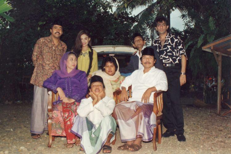 Film serial Si Doel Anak Sekolahan yang ditayangkan RCTI mengangkat kultur Betawi. Film yang disutradarai Rano Karno (berdiri kiri), dengan pemain di antaranya Cornelia Agatha (berdiri kedua kiri), Aminah Cendrakasih (duduk kiri), Benyamin S (duduk kanan).