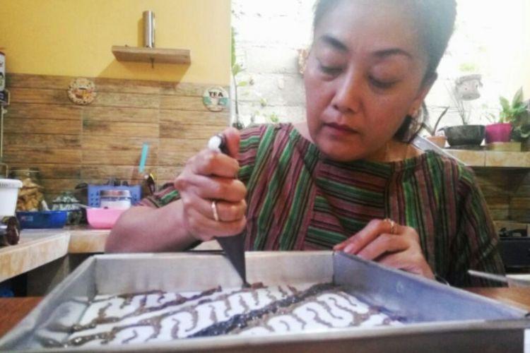 Ani Kusumawati saat membuat motif batik di kue brownies