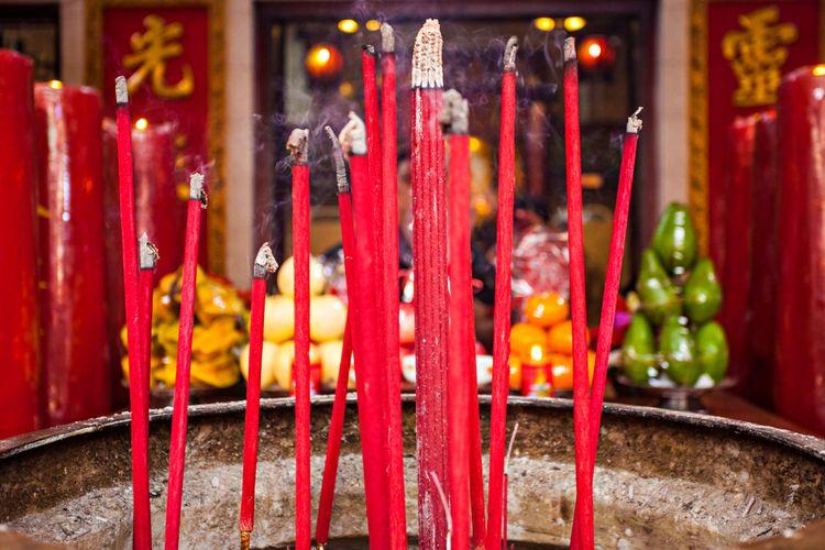 Ilustrasi hio atau dupa yang digunakan dalam ritual sembahyang Tionghoa.