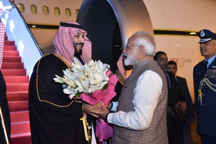 Perdana Menteri India Narendra Modi menyambut kedatangan Pangeran Mohammed bin Salman di New Delhi, Selasa (19/2/2019). (Twitter/Narendra Modi)