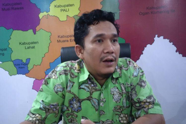 Komisioner KPU Sumsel Divisi Perencanaan data dan Informasi Hendri Alma Wijaya, memberikan keterangan usai melakukan rapat dengan Bawaslu Sumsel dan Partai PKS, terkait penyandingan data di lima kecamatan Kabupaten Empat Lawang, Kamis (20/6/2019).