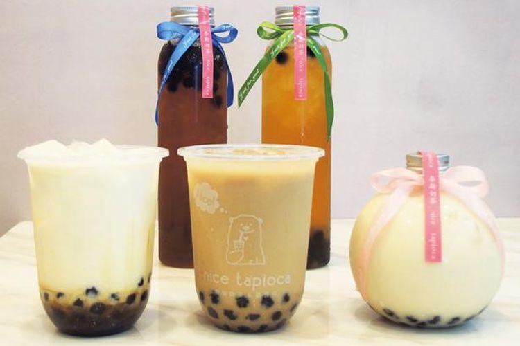 Tapioca Milk Tea (depan, tengah; ¥500) menggunakan bola tapioka. Teh susu kedai ini disajikan dalam botol berbentuk tabung panjang.