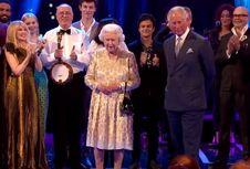 Mengapa Ratu Elizabeth Kerap Menggenggam Tangannya?